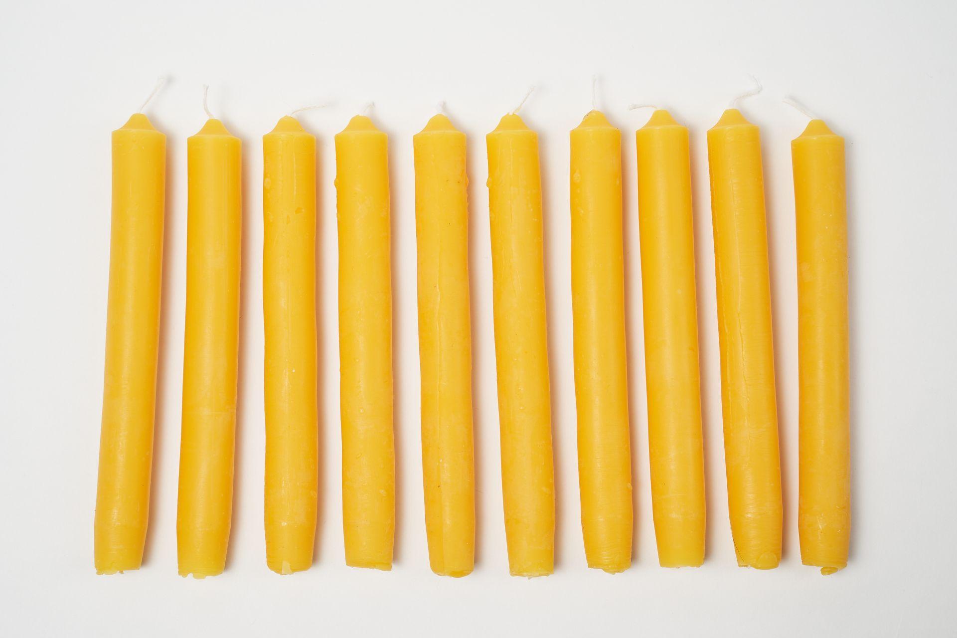 10 Stabkerzen kurz (ca. 18,5cm x 2cm) aus 100% Bienenwachs vom Imker